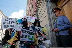 Экозащитники сегодня нарядились в костюмы мусорных кучек